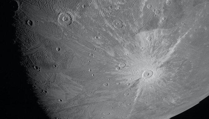 """Зонд """"Юнона"""" прислал первое за 20 лет фото Ганимеда— ледяной луны Юпитера"""