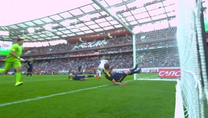 Video: Bumbai nav lemts šķērsot līniju - gadsimta 'seivs' futbolā