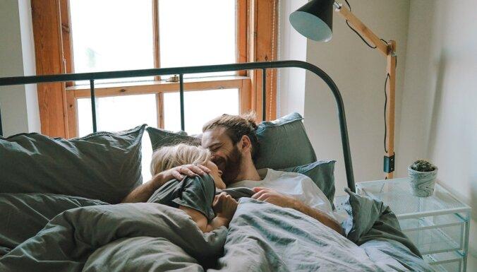 Seši ieteikumi, kā runāt ar partneri par savām vēlmēm guļamistabā