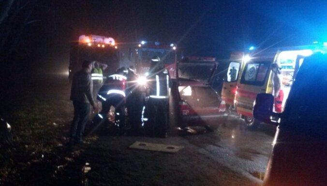 Ventspils novadā baļķvedējs 'pazaudē' piekabi; negadījumā cieš trīs cilvēki