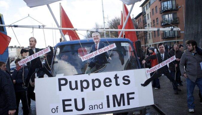 Īri piektdien gatavojas gāzt valdošo partiju