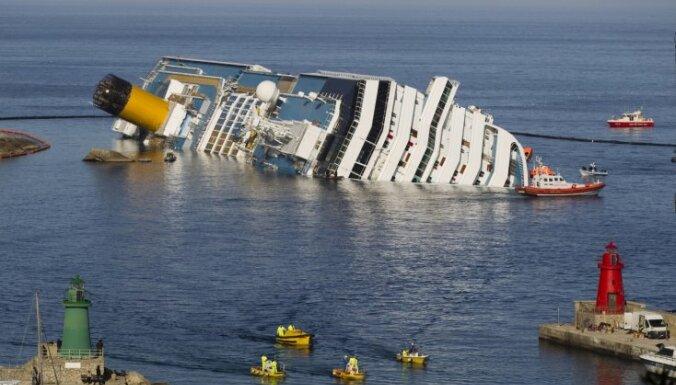 Под лайнером Costa Concordia разрушаются скалы