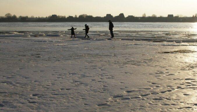 No trešdienas atceļ aizliegumu atrasties uz dažu Rīgas ūdenstilpju ledus