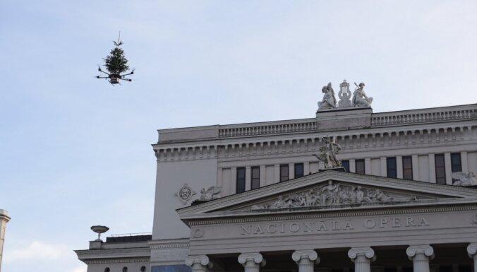 Foto: Rīdziniekus un pilsētas viesus priecē lidojoša Ziemassvētku eglīte