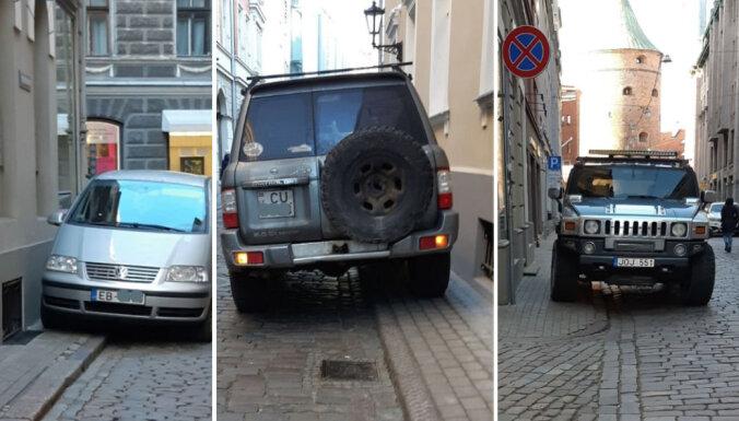 Foto: Aculiecinieks policijai ziņo par neatļauti novietotiem auto Vecrīgā