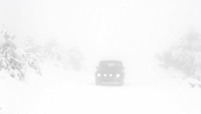 Viļānu pagastā auto uzslīdējis trim bērniem un mātei