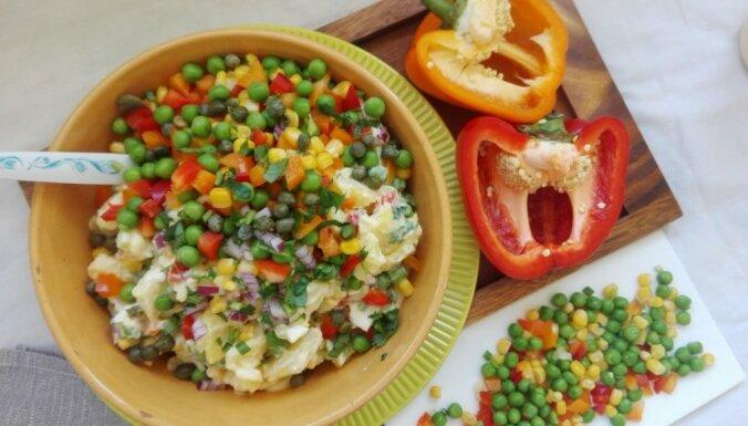 Pavasarīgie kartupeļu-olu salāti ar krāsainiem dārzeņiem