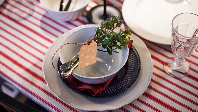 Dizaineris iesaka: kā skaisti izdekorēt galdu Ziemassvētku svinībām šaurā lokā