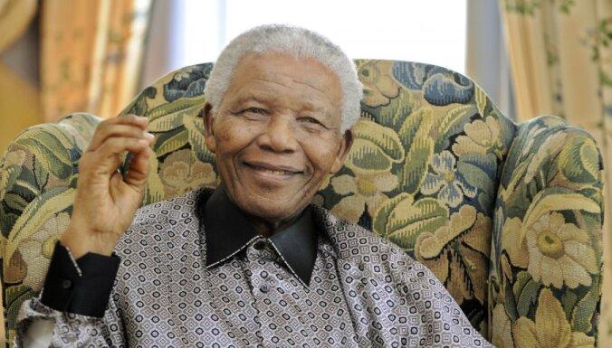 Нельсона Манделу выписали из больницы, он вернулся домой