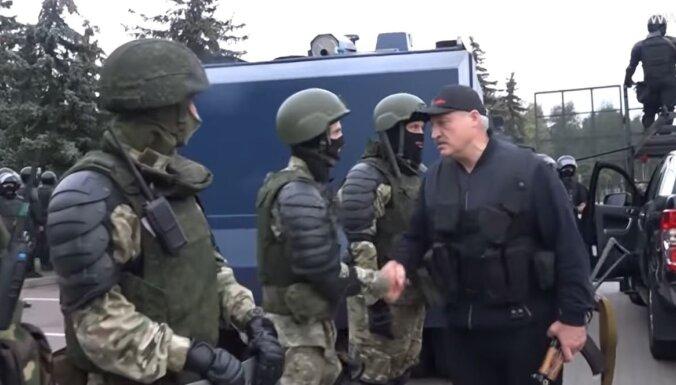 'Večuks ar automātu' – baltkrievus sagaida militārais terors, analizē politologs
