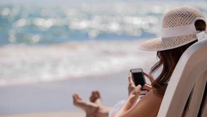 """ВИДЕО: Гигантская воронка на пляже в Австралии """"проглотила"""" машину и фургон"""