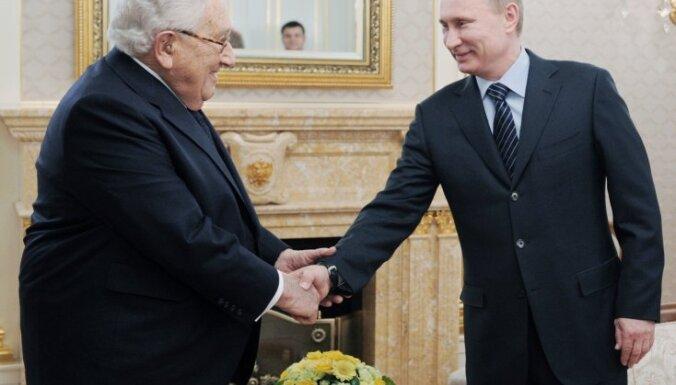 Laikraksts: Kisindžers kļūs par Krievijas un ASV starpnieku