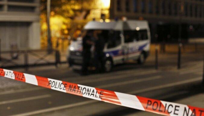 Uzbrucējs Parīzē ar nazi ievainojis septiņus cilvēkus