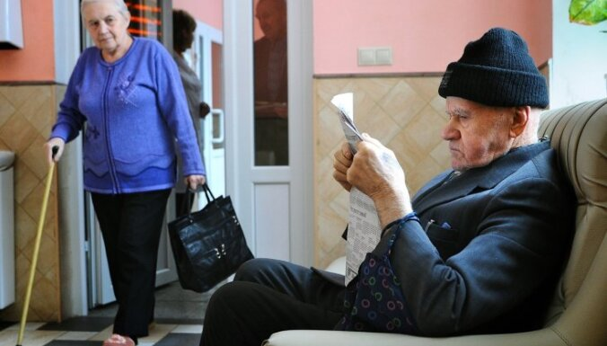 'Eurobarometer': Latvijā 55% iedzīvotāju bažījas par sabiedrības novecošanos
