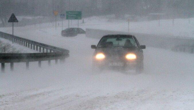 Brīdina par intensīvu snigšanu Kurzemē; daudzviet Latvijā apgrūtināta braukšana