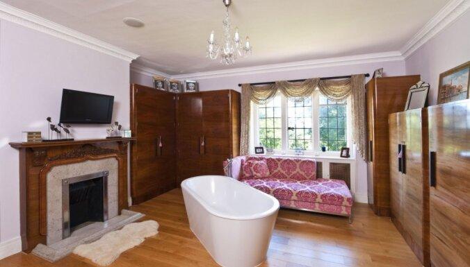Kamīns un grezni spoguļi: interjera pērles slavenību vannasistabās
