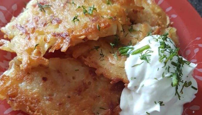 Rīvētu kartupeļu un kūpinātu sardeļu pankūkas
