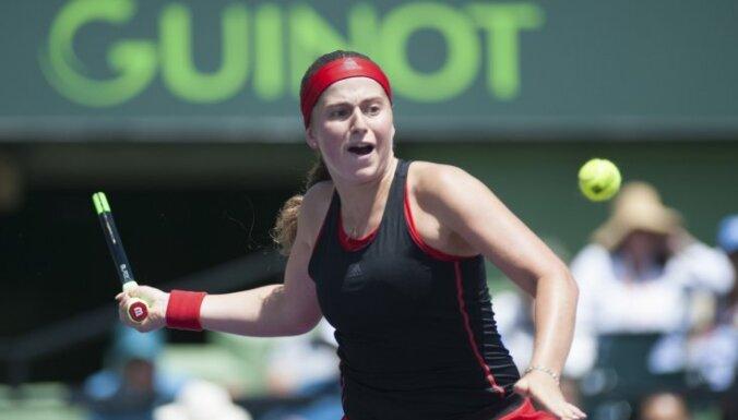 Ostapenko sasniedz Madrides WTA turnīra dubultspēļu ceturtdaļfinālu