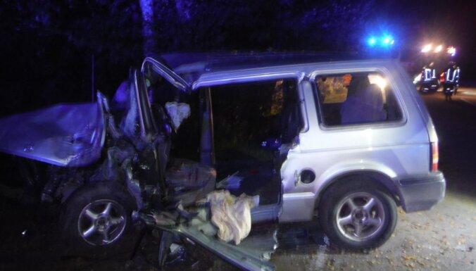 'Volkswagen' Rīgā nāvējoši notriec gājēju; Nīcā 'Chrysler' uzbrauc kokam un mirst pasažiere