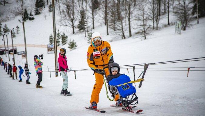 Vēl līdz marta vidum un bez maksas! Žagarkalnā var slēpot arī cilvēki ar kustību traucējumiem
