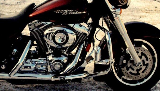 Возле Риги столкнулись легковушка и Harley Davidson: пострадал байкер