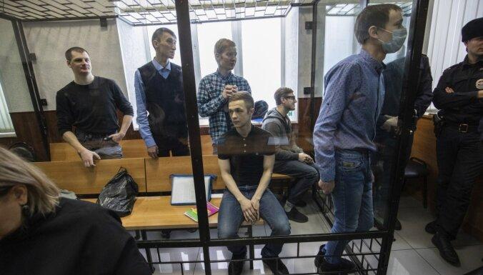 Krievijā septiņiem 'terorismā' apsūdzētiem jauniešiem piespriež cietumsodus
