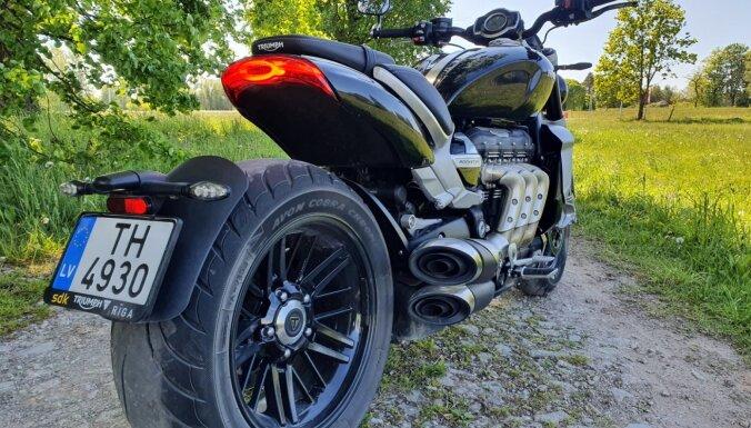 'Raķete' ar 2,5 litriem: 'Delfi' izmēģina sērijveida motociklu ar lielāko dzinēju pasaulē