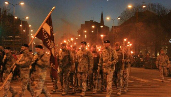 ФОТО: В Елгаве прошло факельное шествие в честь Дня Лачплесиса