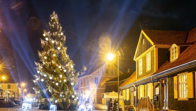 """ФОТО. Рождественское настроение, две ели и """"звездное"""" небо в декабрьской Кулдиге"""