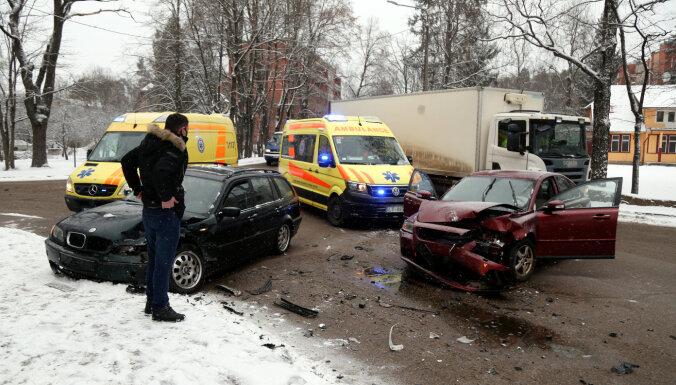 В результате столкновения двух машин пострадали три человека