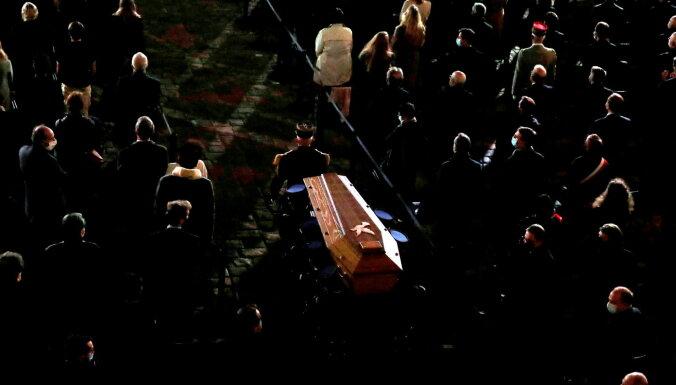Francijā piemin noslepkavoto skolotāju; islāma pasaulē aug protesti pret Makronu