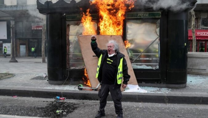 'Dzelteno vestu' protests Parīzē pāraug vardarbībā