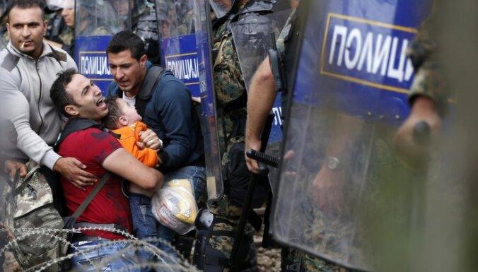 В Македонии мигрантов отогнали от границы слезоточивым газом
