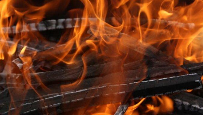 Traģisko ugunsgrēku Rēzeknē varētu būt izraisījusi no krāsns izkritusi pagale