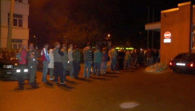 За час до закрытия на участках в очередях стояли сотни людей