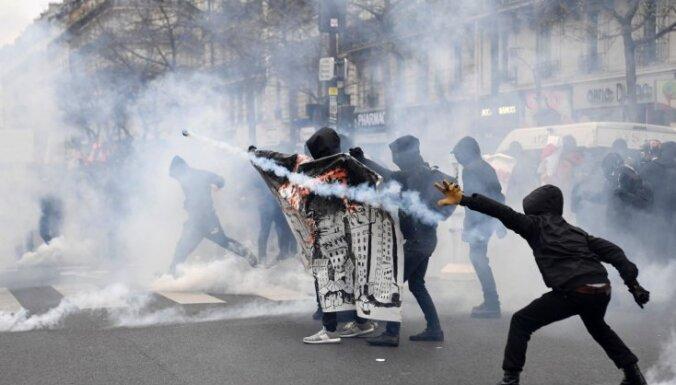 Francijas policija ar asaru gāzi izklīdina protestu pret melnādainā jaunieša 'izvarošanu'