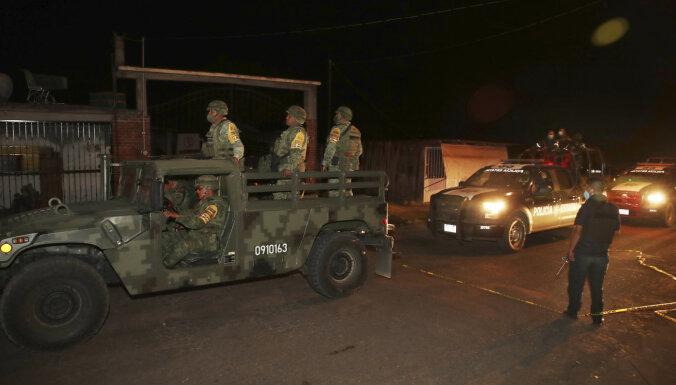 Uzbrukumā policijas konvojam Meksikā nogalināti 13 cilvēki