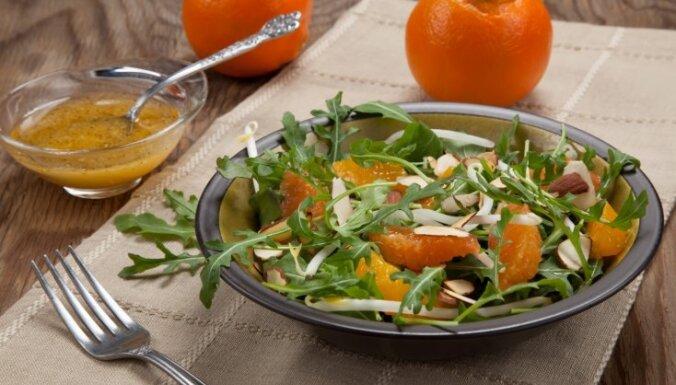 Rukolas salāti ar apelsīniem un mandeļu skaidiņām