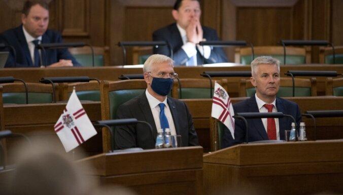 ФОТО: Большинство депутатов проигнорировало просьбу прийти на заседание в Сейма в масках