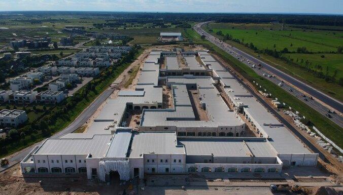 ФОТО: Строительство крупнейшего в Балтии аутлета под Юрмалой завершится осенью