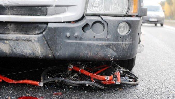 Policija pēc traģiskās Garkalnes avārijas meklē divus autovadītājus
