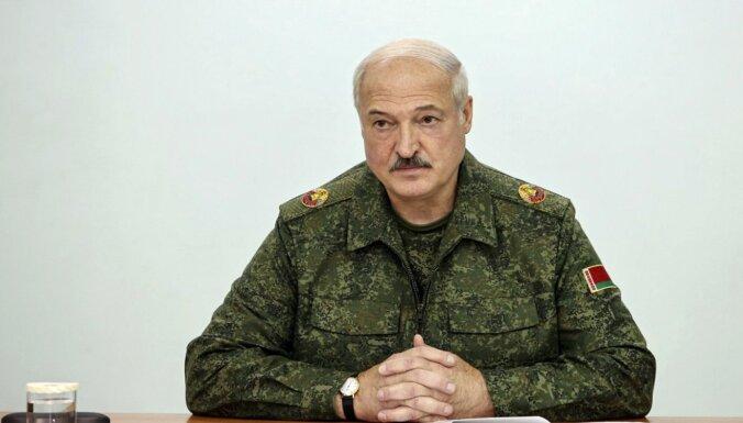 """Лукашенко предложил создать вооруженные """"летучие отряды"""" из бывших военных"""