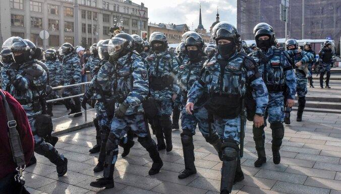 Против девушки, которую полицейский ударил в живот на акции в Москве, открыто дело