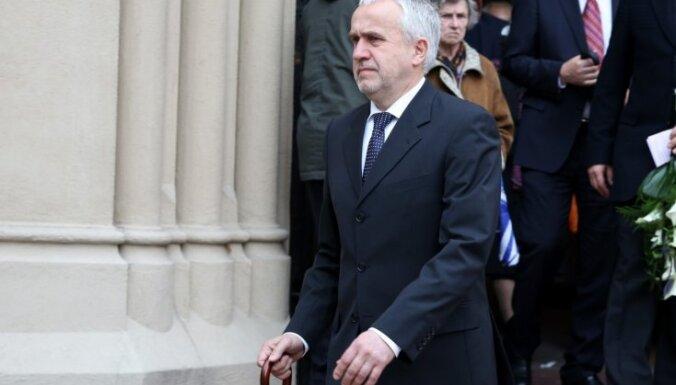 Foto: Laikabiedri pēdējā gaitā aizvada advokātu Andri Grūtupu