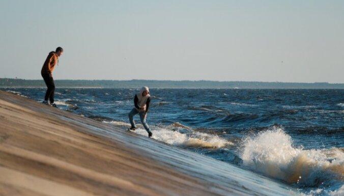 Rīdzinieki satraukti par ieceri slēgt Daugavgrīvas pludmali; dome mierina