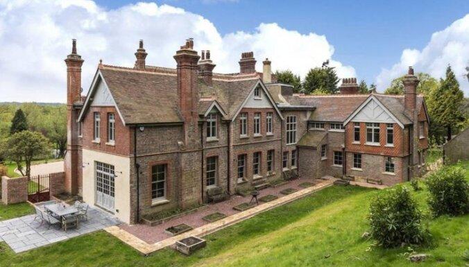 Izsmalcināta angļu stila māja, ko iegādājusies aktrise Keita Blanšeta