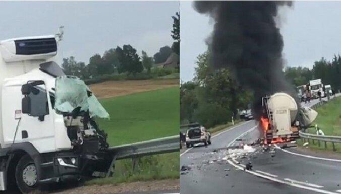 ВИДЕО: На Лиепайском шоссе столкнулись две фуры: одна загорелась, водители погибли (дополнено 21:44)