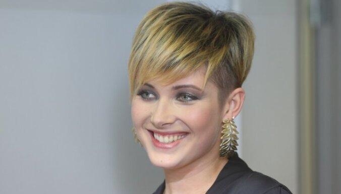 Foto: Antra Stafecka ar katru dienu kļūst arvien blondāka