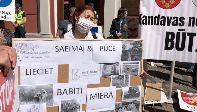 ВИДЕО: на два разных пикета у Сейма собралось около 200 человек