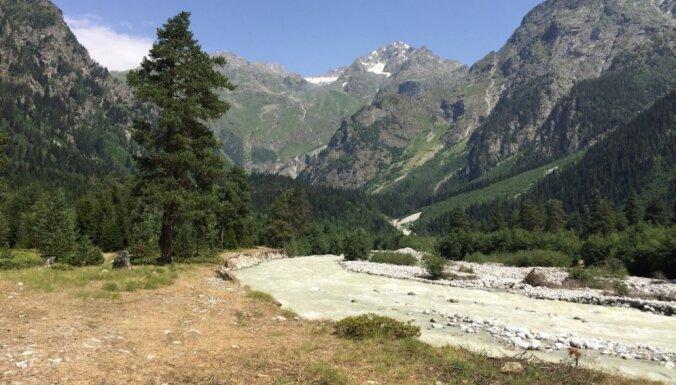 Gruzijas burvība: viesmīlība, gardumi, 'maršrutkas' ar tabureti un kalnu krāšņums